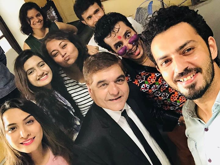 Ojas Rawal,  selfie, groupie, OrderOrderOutOfOrder, usie, actors, group, shootlife, funtimes, goodtimes, smiles, pals, friends, team, buddies, actor, OjasRawal, ojas, director, DhwaniGautam, teamwork, OrderOrder, gujarati, film, gujju, movie, selfietime, selfienation, selfies, selfieday, shootdiaries