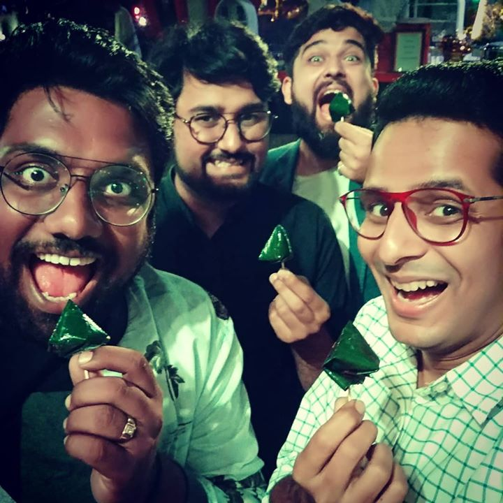 Ain't no food finale like a good Paan! 😛 Haasyakalaakaron ki mehfil! Manan Desai Chirayu Mistry Deep Vaidya 💚 #paan #betel #leaf #betelleaf #indian #mouthfreshner #OjasRawal #MananDesai #ChirayuMistry #DeepVaidya #TheComedyFactory #tcf #friends #enjoying #chaser #mukhwas #banarasipaan #india #dinner #food #indianfood #betelleaves #yum #indianwedding #foodgasm #foodlove #foodie #tasty #tastegasm #yummy