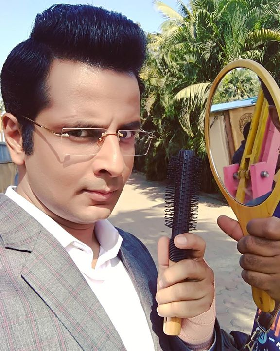 When your hair refuses to behave! 😤  . #hair #behindthescenes #LadiesSpecial #OjasRawal #actor #shootlife #onlocation #hairstyle #puff #makeup #AmarDesai #SonyTV #actorlife #shooting #haircut #stare #frown #fashion #beauty #style #menshair #menshairstyles #menshaircut #menshairstyle #menshairworld #onset #funny #actorslife #sony #tv
