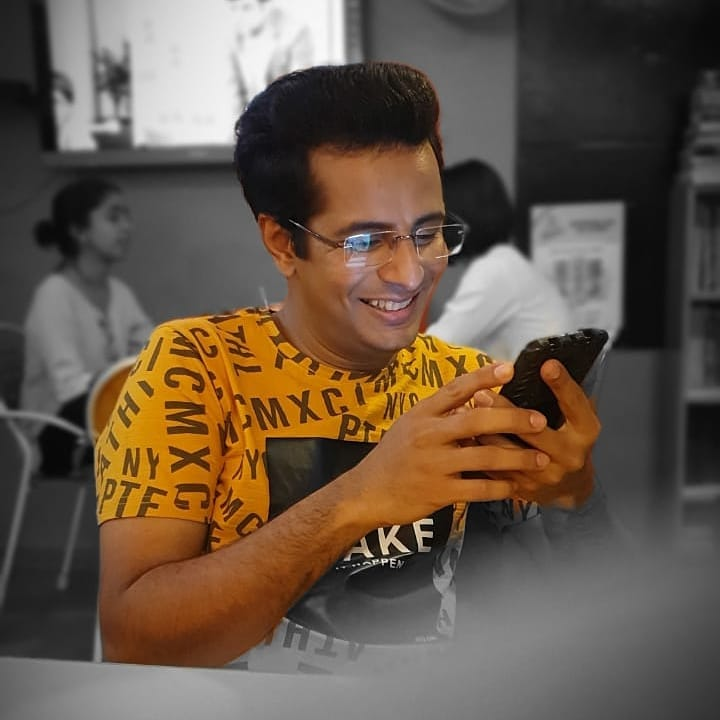 Caption this! (What brought me that smile?) . 📸: @esharkansara Thank you for this lovely candid! 💝 📷: @paavanshukla has a Bomb phone!  #OjasRawal #smile #photograph #samsung #new #actor #actorlife #mumbai #ahmedabad #gujarati #gujju #gujarat #smiling #candid #lovedit #candidphoto #candidphotography #ojas #comedian #actorslife #comiclife #lovethis #lovethisone #awesome #awesomephoto #happyme #captionthis #me #havingfun #goodtimes