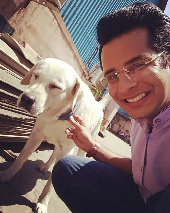 Meet Tiger 🐕 the most adamant, unfriendly, rude and dominating individual on our set 😁 I like him nevertheless! . #LadiesSpecial #Mumbai #shooting #dog #tiger #lab #labrador #pet #petdog #dogsofinstagram #instadogs #instapets #petsofinstagram #cute #aww #smile #doglover #ilovedogs #doglovers #dogstagram #puppy #OjasRawal #actor #puppylove #dogs #dogsofinsta #dogselfie #doggie #dogslife #cutedog