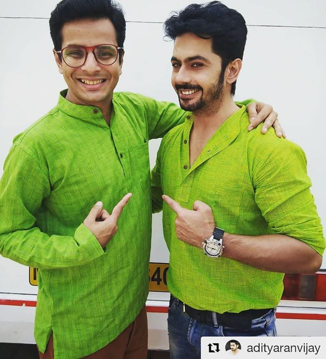 Khareed liya mujhe ye pyaara tohfa dekar is paak dil insaan ne 🤗💚😍 #Repost @adityaranvijay (@get_repost) ・・・ I can write an essay about his charm and wit but i guess words would fall short to describe this gentleman 🌈  Dr saab m blessed to have a friend like you 😇  #LadiesSpecial #OjasRawal #AmarDesai #AdityaRanvijay #Puneet #friends #gift #thankyou #special #buddies #pals #bestbuds #lovethisguy #green #twinning #kurta #smiles #goodtimes #funtimes #friendshipgoals #smile #greenday #friendship #thisguy #buddy #dost #yaar #happyme #yay
