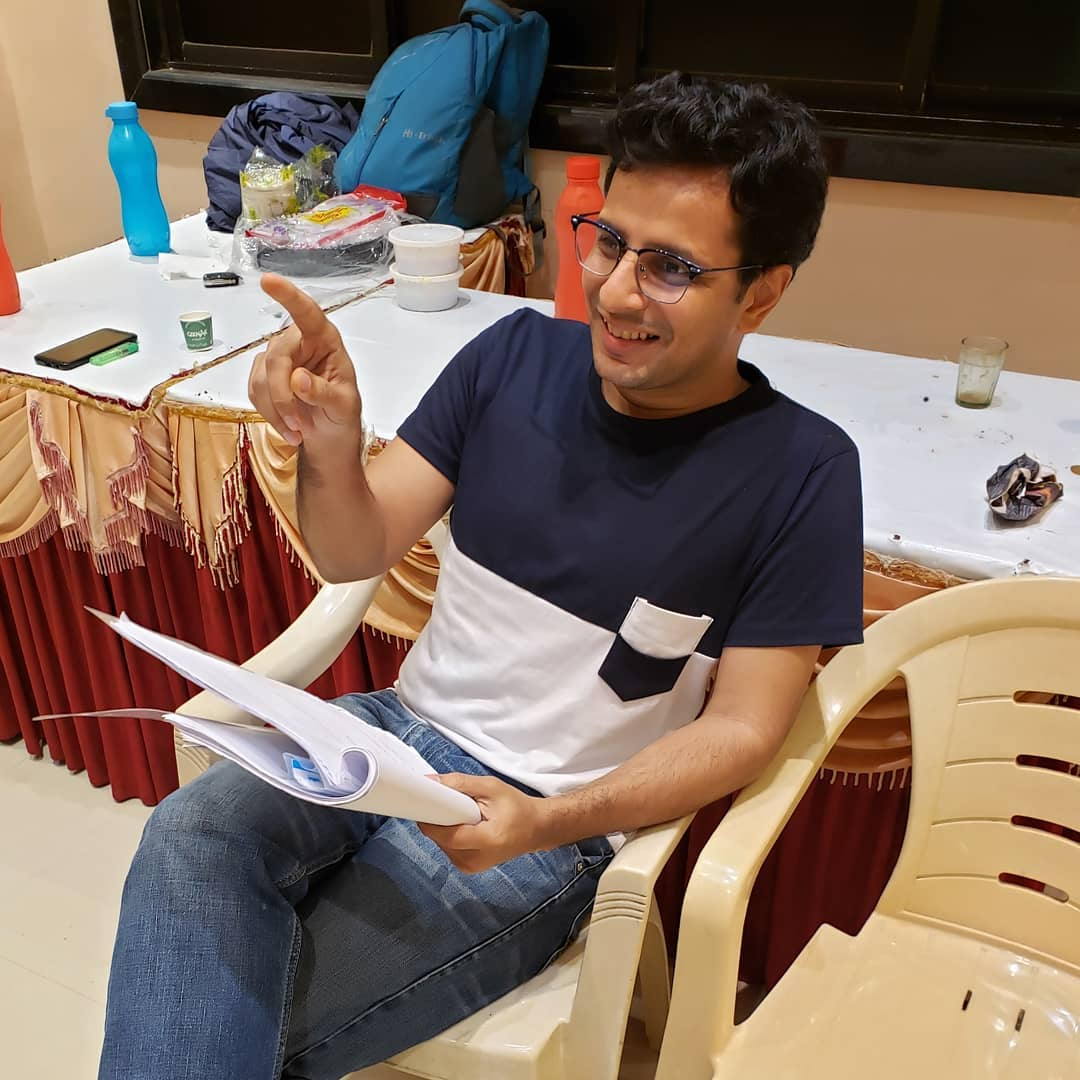Ek naye tshirt ne toh hungama macha diya 😋 hum toh wahi pehle jaise hain! 🎭 #play #rehearsals #mumbai #actor #OjasRawal #gujarati #MeraPiyaGharAaya #natak #gujju #candid #smiling #reading #script #theater #stage #jeans #casual #smile #theatre #gujrati #ojas #wednesday #newtop #happyme #rehearsal #ilovetheater #actorlife #theaterdiaries #stagelife #actorslife