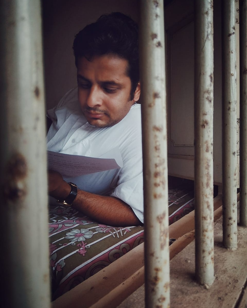 ▶️ Caption this. #throwback . 📍Project shoot at Chikhli, Gujarat, India. 📸: @arpitaa_15 . #captionthis #candid #photo #chikhli #gujarat #shootdiaries #candidmoments #reading #script #actorlife #OjasRawal #shooting #actor #notpayingattention #actorslife #candidphotography #captionthisphoto #candids #candidmoment #candidphoto #memories #lovethisphoto #remembering #goodtimes #ojas #bythewindow #windowlight #metime #reader