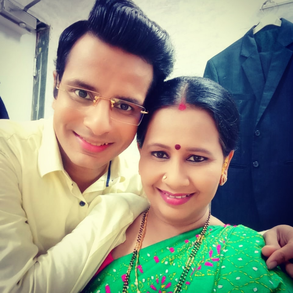 Happy Birthday, Meghana aka Amar Desai's Moti Mummy #LadiesSpecial 🎂 Have a crazy, fun, psychotic, great, eventful year ahead, you ridiculous cartoon! Heartiest returns of the day @meghanasolanki26 🤗 . #ScreenMom #hindi #serial #actors #MeghanaSolanki #OjasRawal #happybirthday #bestwishes #actress #gujarati #gujju #gujrati #mumbai #memories #nostalgia #coactor #makeuproom #greenroom #actorlife #memory #actor #ojas #actorslife #selfie #smiles #mom #smiling #son #sonytv