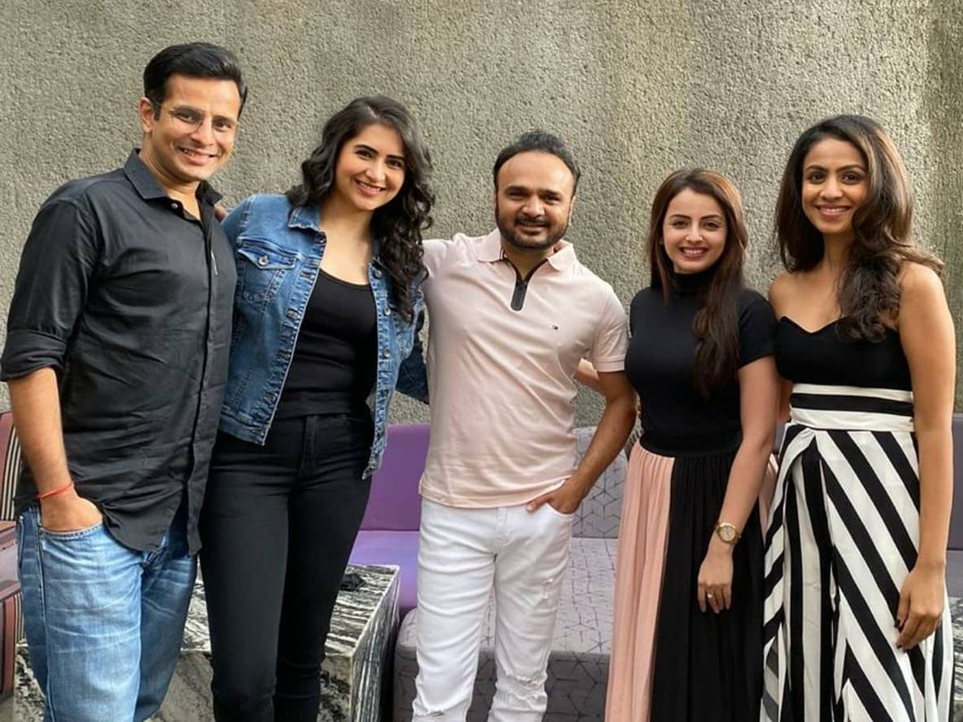 Three awesome reunions in a day 🤩 with @parthivgohil9 @manasi_parekh @shrenuparikhofficial @esharkansara @deecee_20 @vyomanandi @musicwaala @bhoomitrivediofficial and @hardiksangani 🤗 . #artistes #reunion #ParthivGohil #ManasiParekhGohil #ShrenuParikh #EshaKansara #VyomaNandi #SiddharthBhavsar #BhoomiTrivedi #HardikSangani #gujarati #gujju #mumbai #juhu #gujarat #actors #singer #musician #tvactor #filmactor #bollywood #dhollywood #gujaratimovie #gujaratifilm #actor #havingfun #reunionisland #weekend #weekendvibes #friends