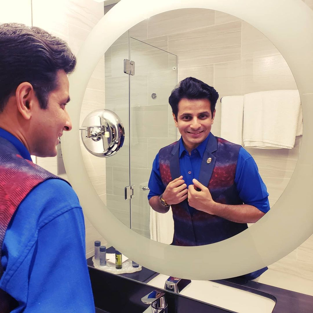 Today, last year 🇦🇪 donning my cologne, confidence and comedy hat before my first show in Dubai, UAE 🦸‍♂️  . Dapper vest by @salzieee @thechangingseason_cs  . #OjasRawal #standup #comedy #show #dubai #uae #throwback #memory #ilovedubai #dubaidiaries #showtime #gujarati #actor #ojas #backstage #makeup #mirror #selfie #gettingready #itsshowtime #comedian #dapper #mensfashion #happyme #confident #smiling #ready #mirrormirror #dubailife #unitedarabemirates
