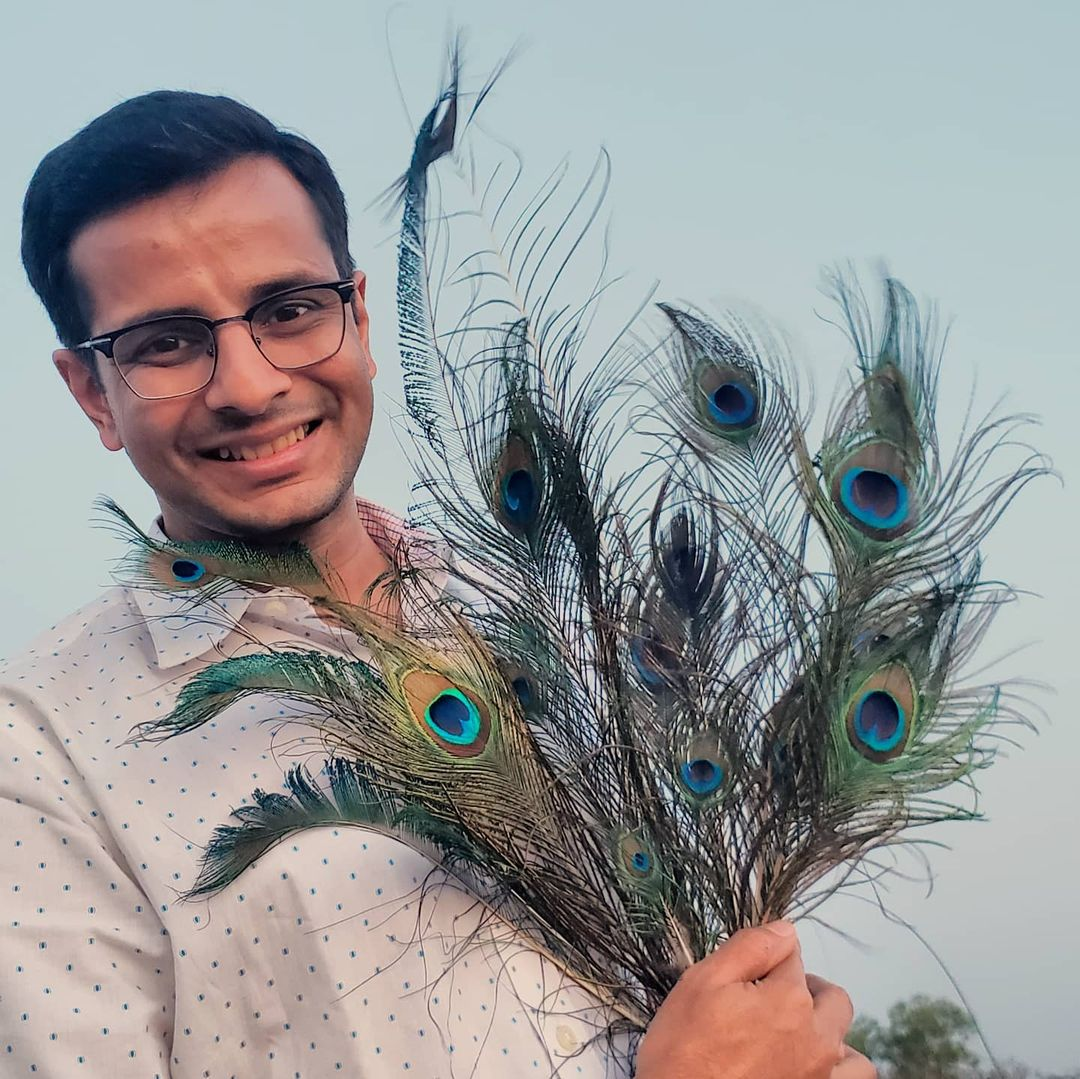 Collecting peacock feathers is one of my all-time favorite hobbies! 🦚 #SmallJoys 🤓 What unique things do you collect? . #kolhapur #maharashtra #traveler #actor #OjasRawal #collector #peacock #feathers #hobby #loveit #peacocks #feather #birdsofindia #india #peacockfeather #happyme #natureisamazing #happiness #nature #collectors #ilovebirds #birds #birdlover #ilovenature #natureisbeautiful #peafowl #birdlovers #ojas #peacockfeathers